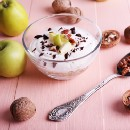 Low Calorie Snack: Yogurt with apple and cocoa