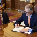 Inslee signs executive order protecting rights, services for Washingtonian immigrants