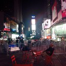 I slept at Times Square, do not tell my mom (Dormí en el Times Square, no le cuentes a mamá)