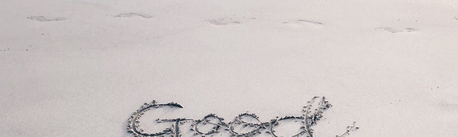 Good vibes only written on the beach