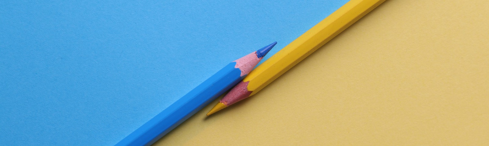 Blue and yellow pencils showing contrast and the differences in the most popular medium.com stories