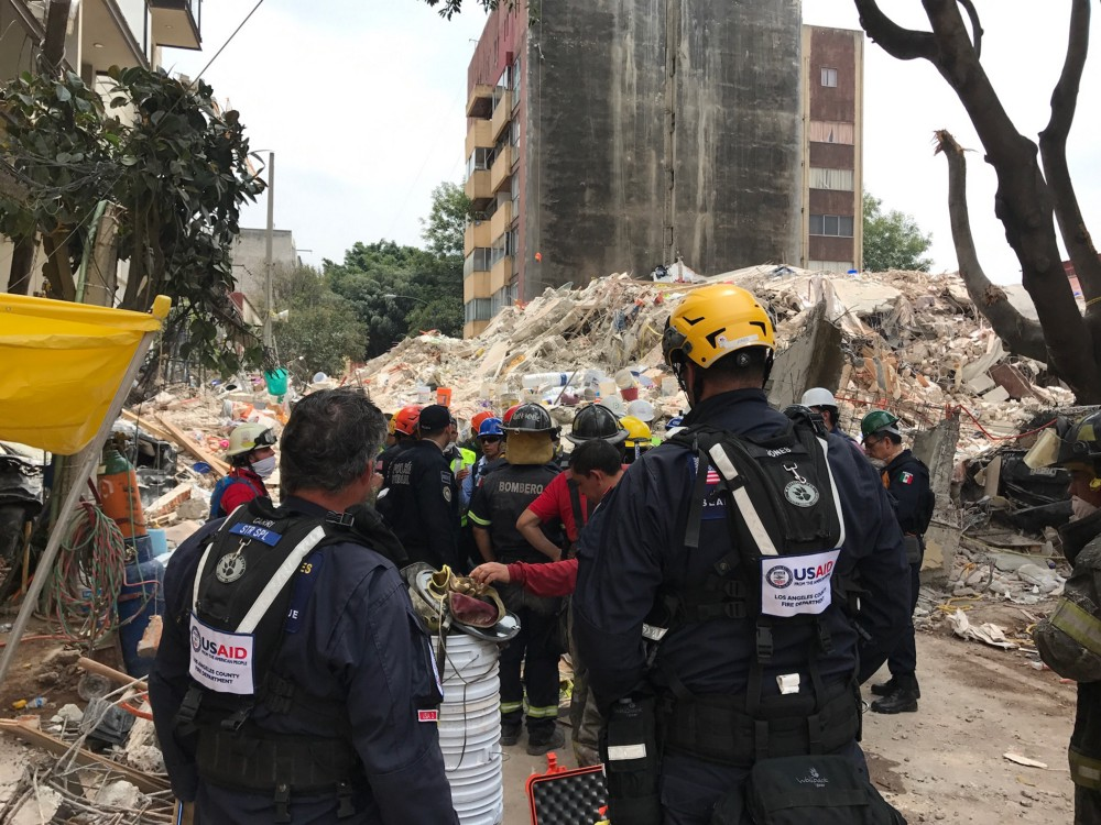 A USAID USAR unit arrives at the site of a collapsed building in Mexico City and begins a long day and night searching for survivors.