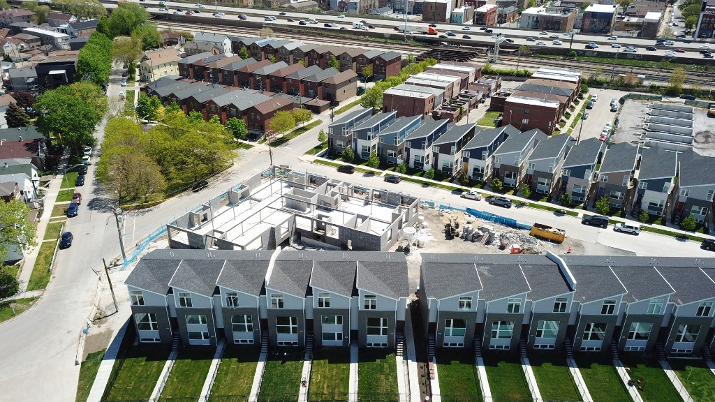 An aerial photo of townhouses in the northwest section of Bridgeport, at the confluence of the Chicago River South Branch and Bubbly Creek.