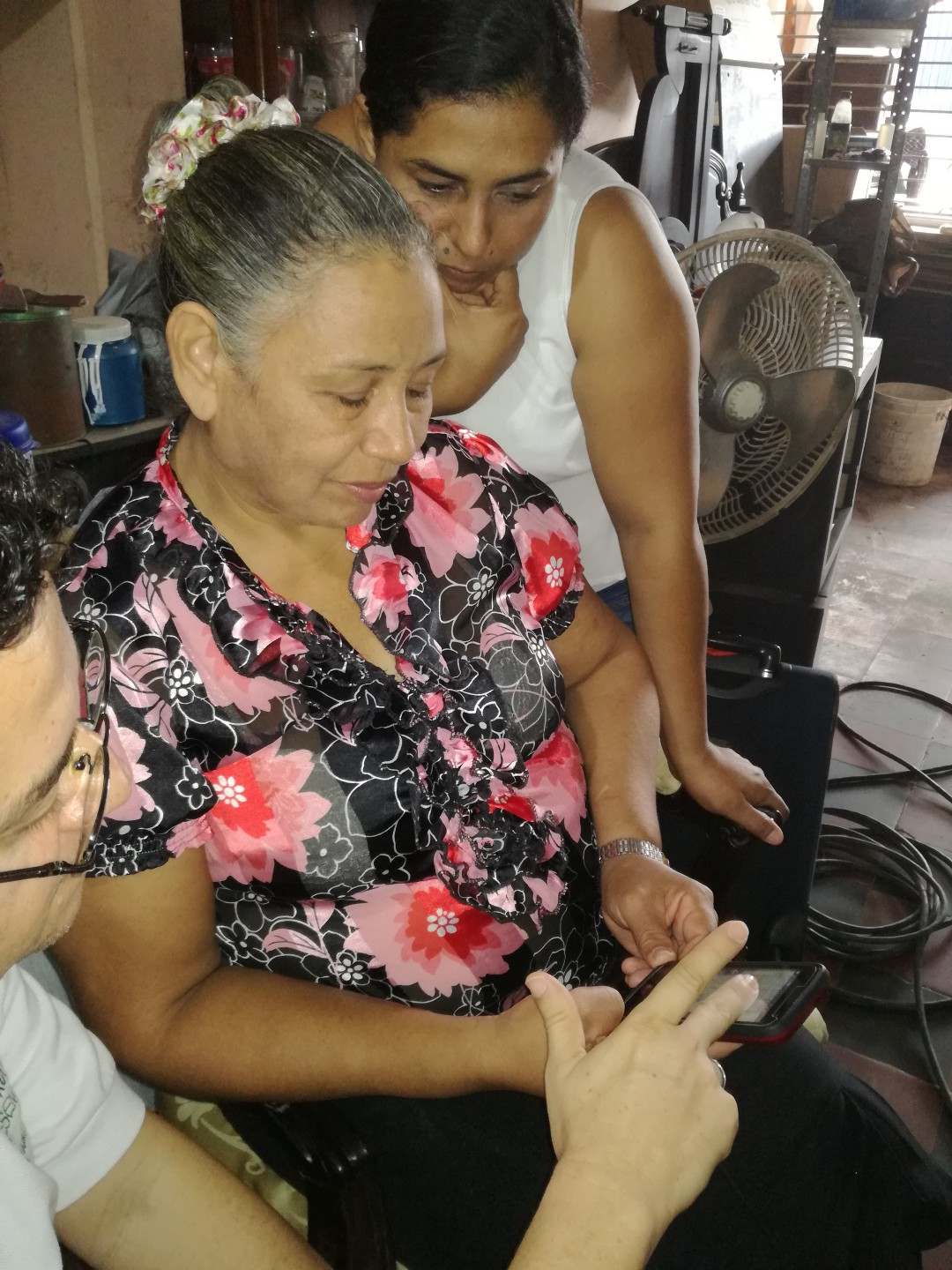 Entrepreneur Nelcy Gamarra accesses the Dialogue on Business program from her mobile phone.