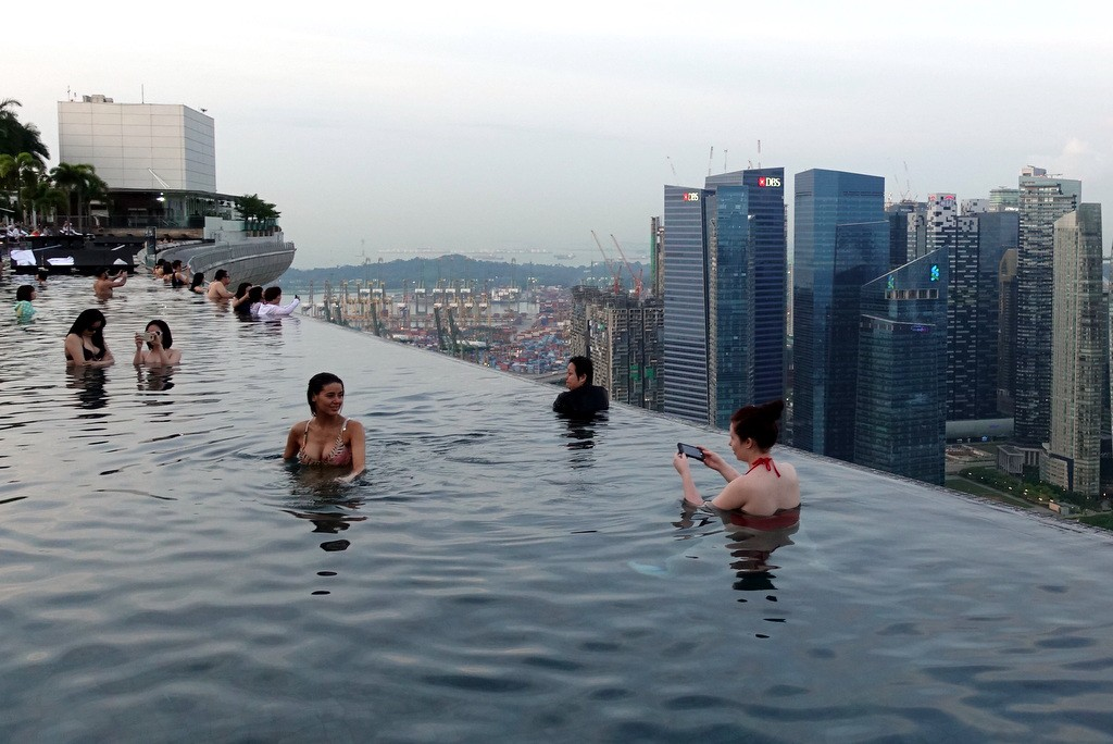 World famous selfie pool over singapore - Swimming pool singapore opening hours ...