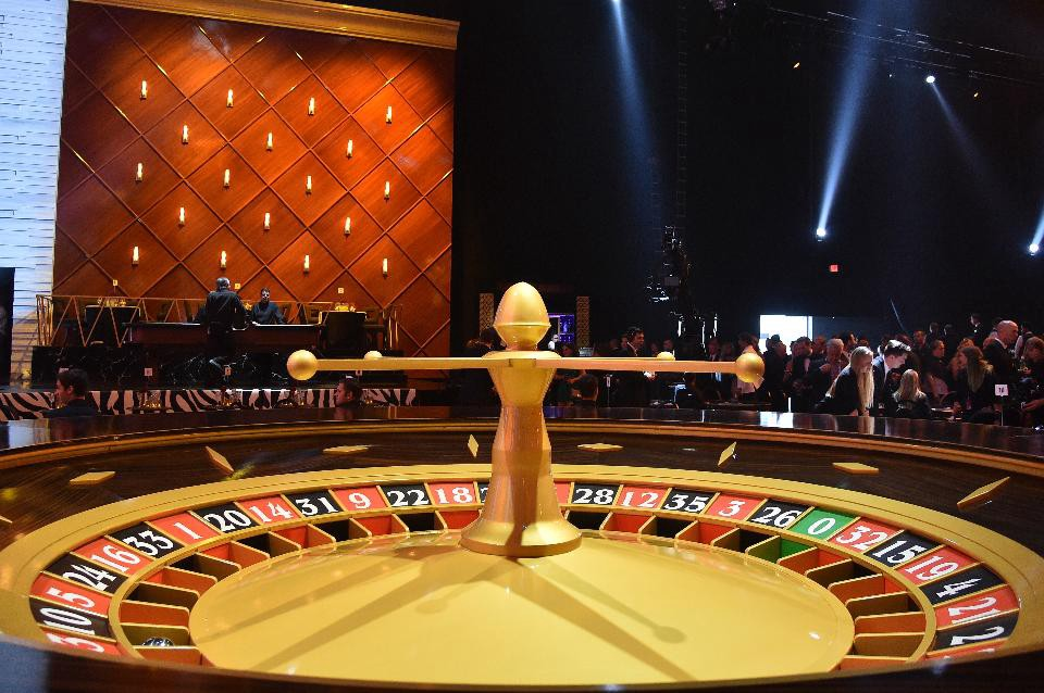 79df7f6bfe9 Isaac Newton Vs. Las Vegas: How Physicists Used Science To Beat The Odds At  Roulette