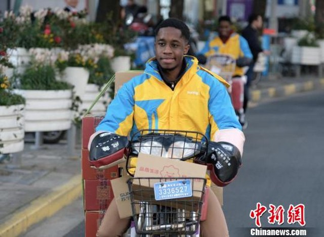 80 foreign students are working as replacement couriers this Spring Festival in Shanghai