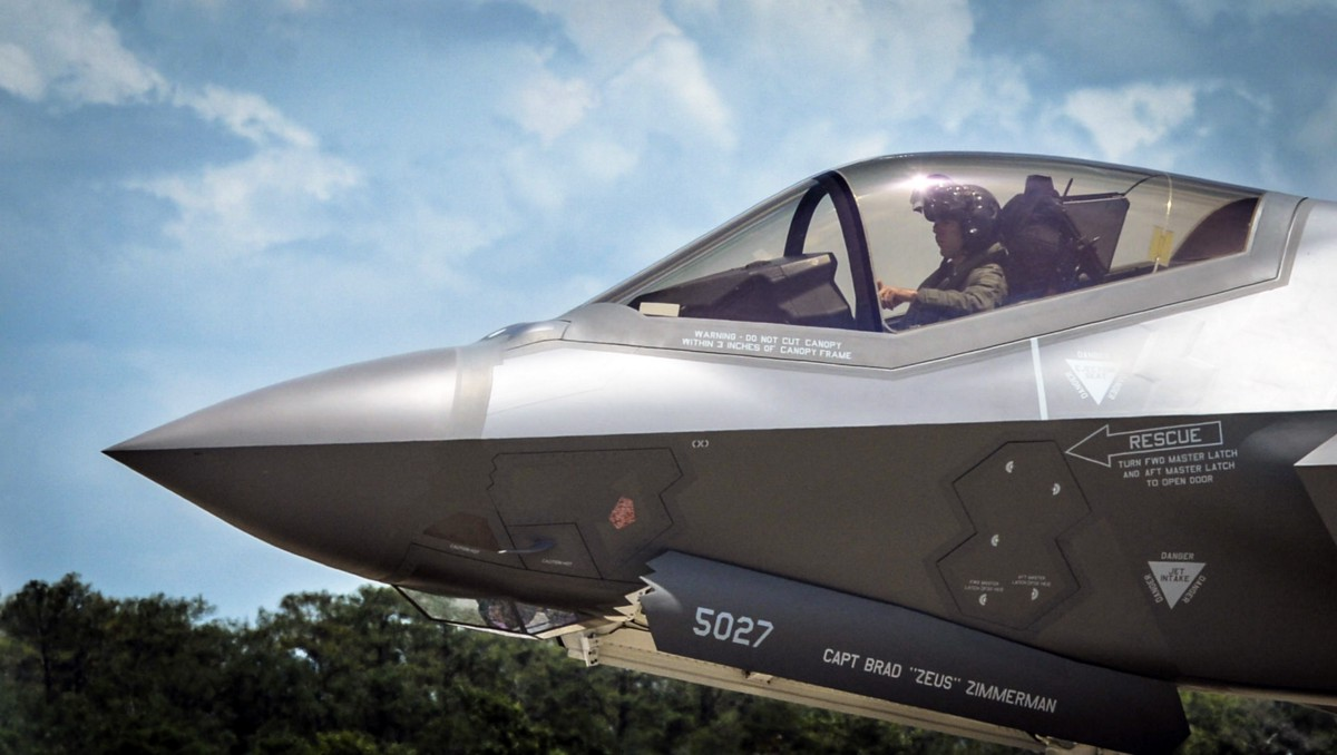 It is clear from this image of the F-35 cockpit that if the pilot turns around he will be staring at the bulkhead. & Fighter Pilots Canu0027t Fight If They Canu0027t See u2013 War Is Boring u2013 Medium