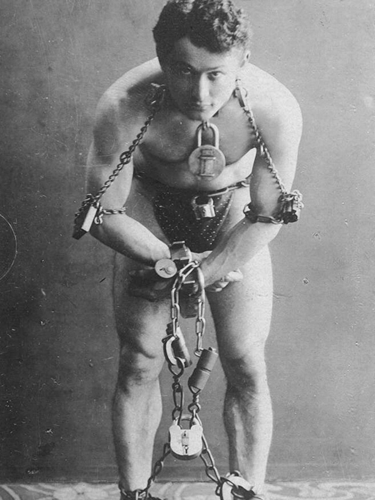 The complexities of locking oneself inside of a bag were widely likened to the feats of legendary escapologist Harry Houdini