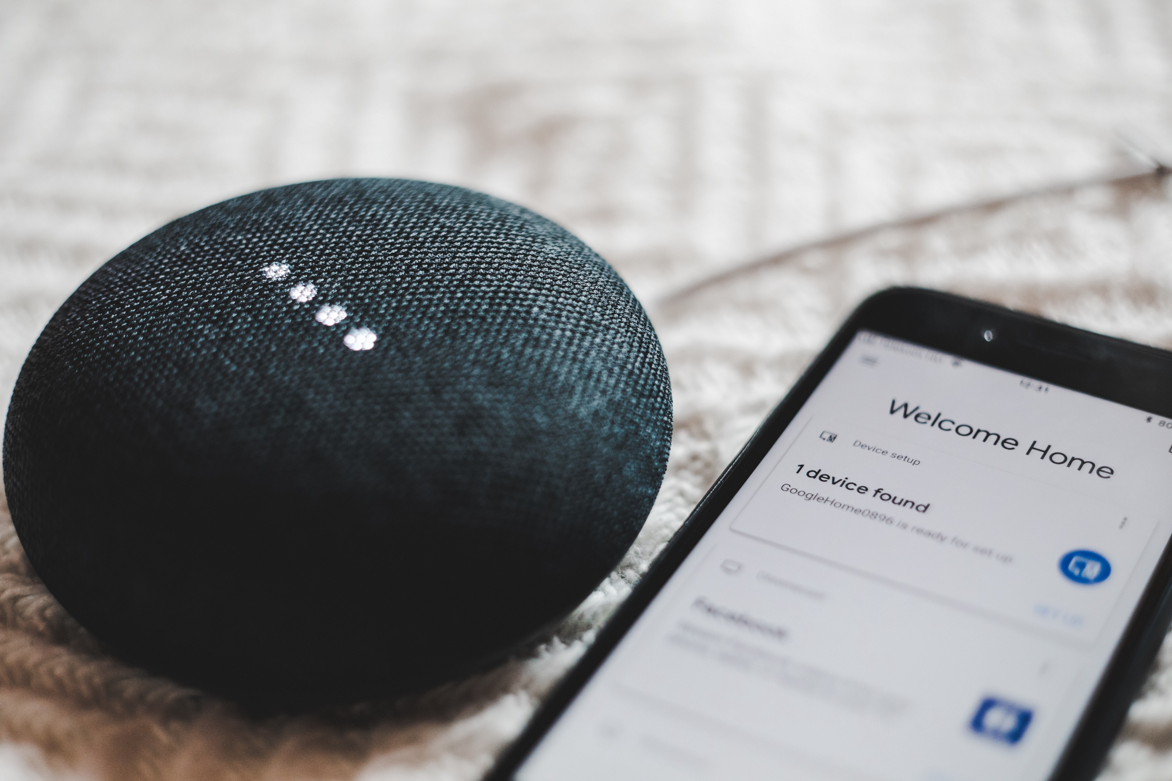 Google Home Mini, un altavoz para usar Google Assistant. Foto de [**Bence Boros](https://unsplash.com/photos/anapPhJFRhM) en Unsplash.**