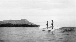 1280px-Collier's_1921_Hawaii_-_surfing_at_Waikiki