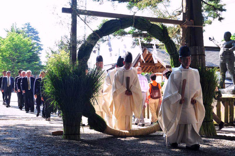 """Shinto ritual, Summer purification: Nagoshi-no-Harae - """"Chinowa-Kuguri"""" go through a huge ring made of miscanthus is believed to purify the accumulated impurity for the first half a year"""
