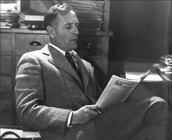 Edwin Hubble reading paper
