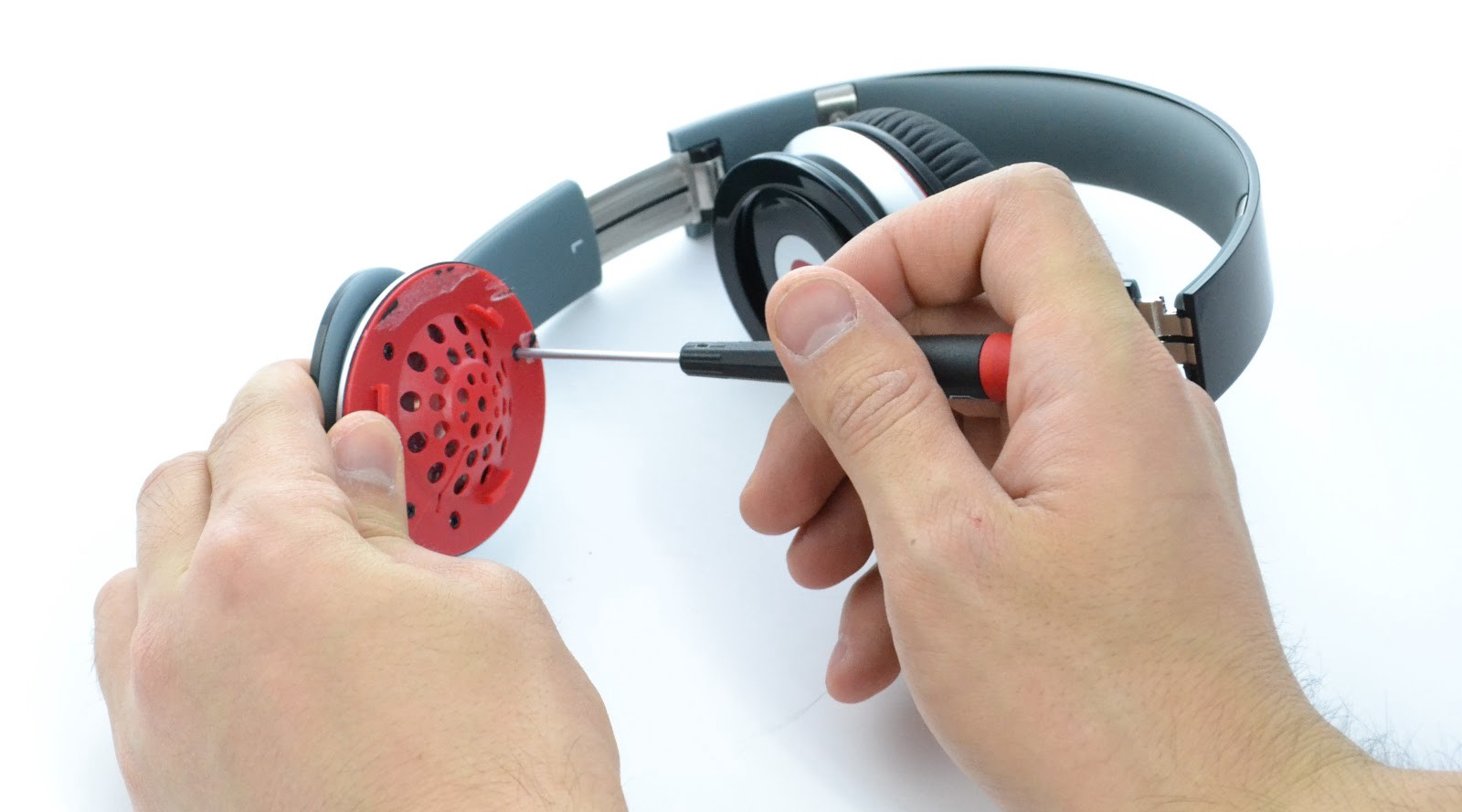 Luckily the Beats headphones are fairly easy to disassemble d019310300