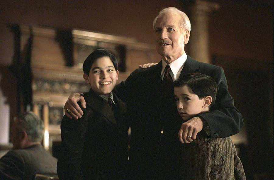 Mr.-Rooney-Paul-Newman-gives-a-warm-greeting-to-the-Sullivan-family-including-the-two-young-sons-Michael-Jr.-Tyler-Hoechlin-left-and-Peter-Liam-Aiken-in-DreamWorks-Pictures-and-Twentieth-Century-Foxs-Road-To-Perdition-15