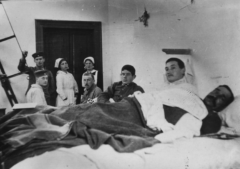 A picture of staff and patients in a WWI hospital, Gunta Stolzl is present.