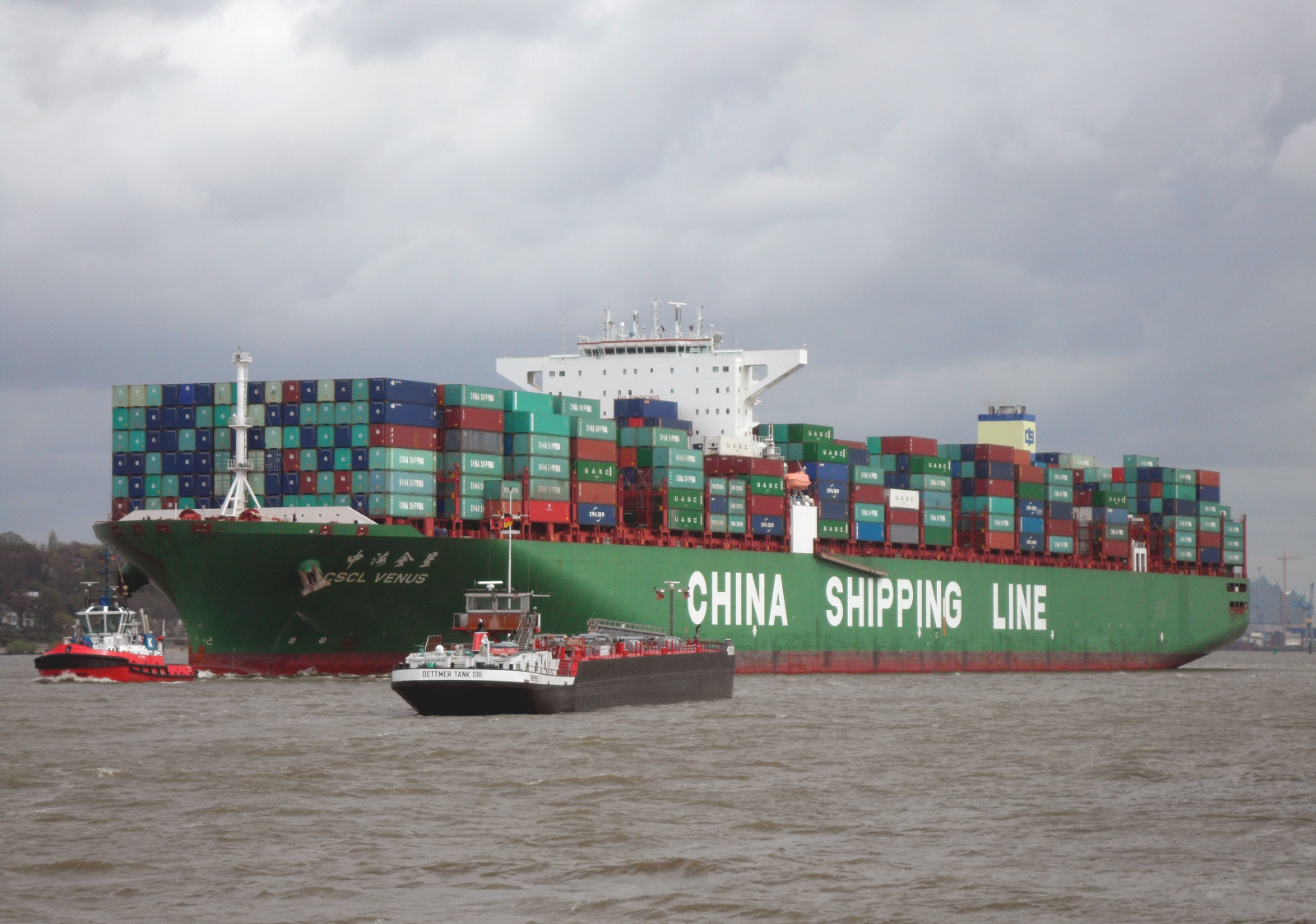 Container_ship_CSCL_Venus_of_the_China_Shipping_Line_outgoing_Hamburg_in_April_2014
