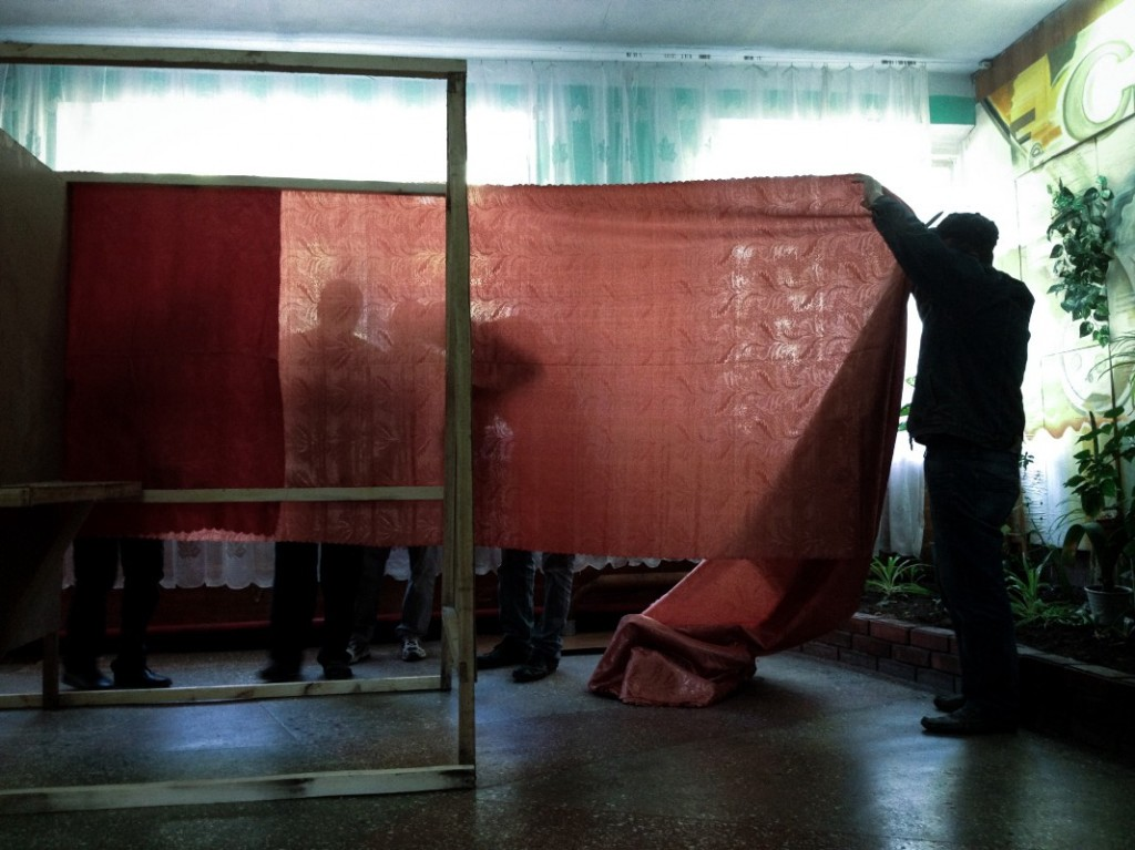 Building polling booths ahead of the rebel referendum in the Donbass (Noah Sneider)