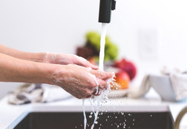 wash hands to stay healthy while traveling