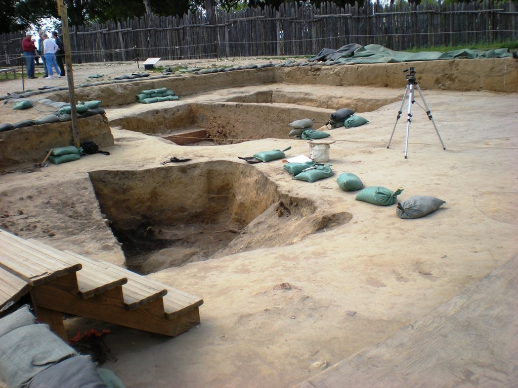 Archaeological dig at Historic Jamestowne By Sarah Stierch [CC BY 2.0 (http://creativecommons.org/licenses/by/2.0)], via Wikimedia Commons