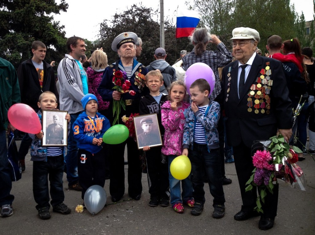 World War II veterans pass their tales to the children of Slovyansk during Victory Day celebrations (Noah Sneider)