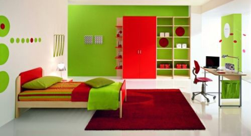 This bedroom makes good use of complementary colors
