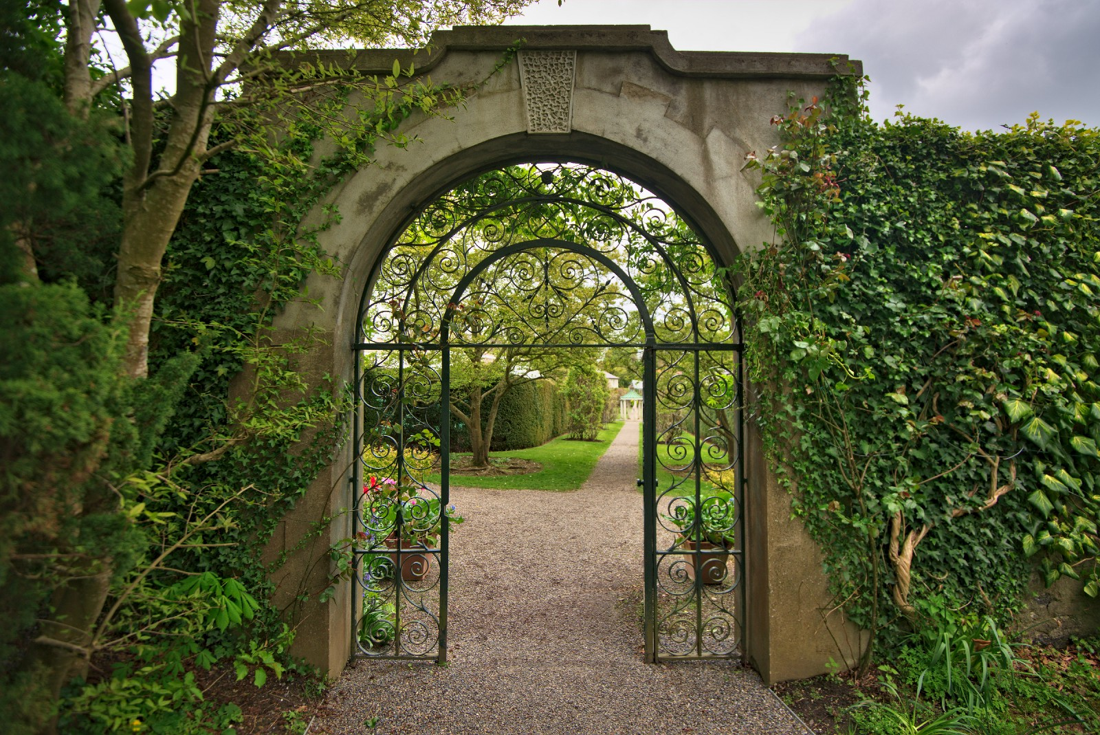 What Is A Walled Garden? And Why It Is The Strategy Of Google, Facebook And  Amazon Ads Platform?