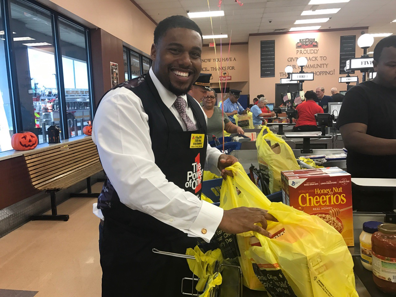 Jason Dawkins Helps Bag Groceries At The Rite Of Aramingo Avenue During S Help Hunger Event On Wednesday Sept 20