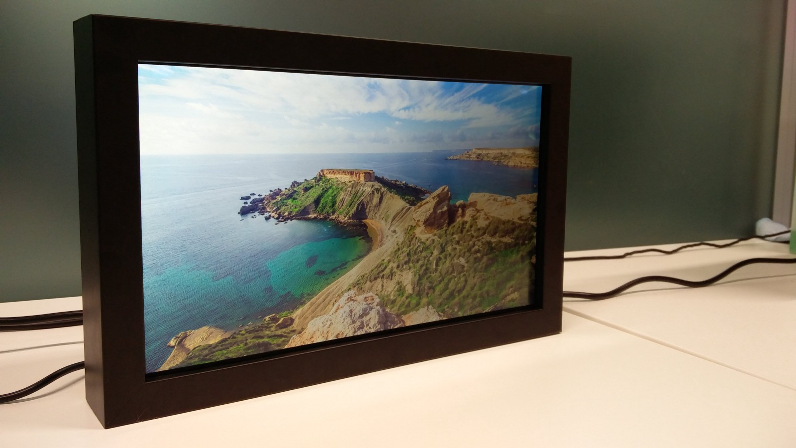 High-End Digital Picture Frame Makes a Great Christmas Gift