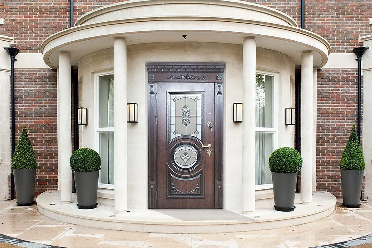 Entrance door to a private house: kinds of doors