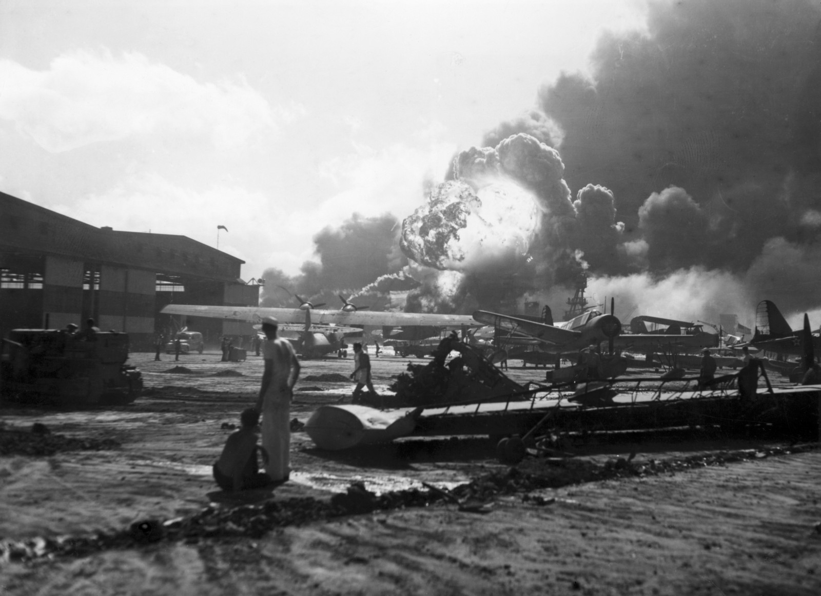 the things that lead to bombing of pearl harbor Kids learn about the history of the japanese attack on pearl harbor during world war ii america is forced to go to join ww2.