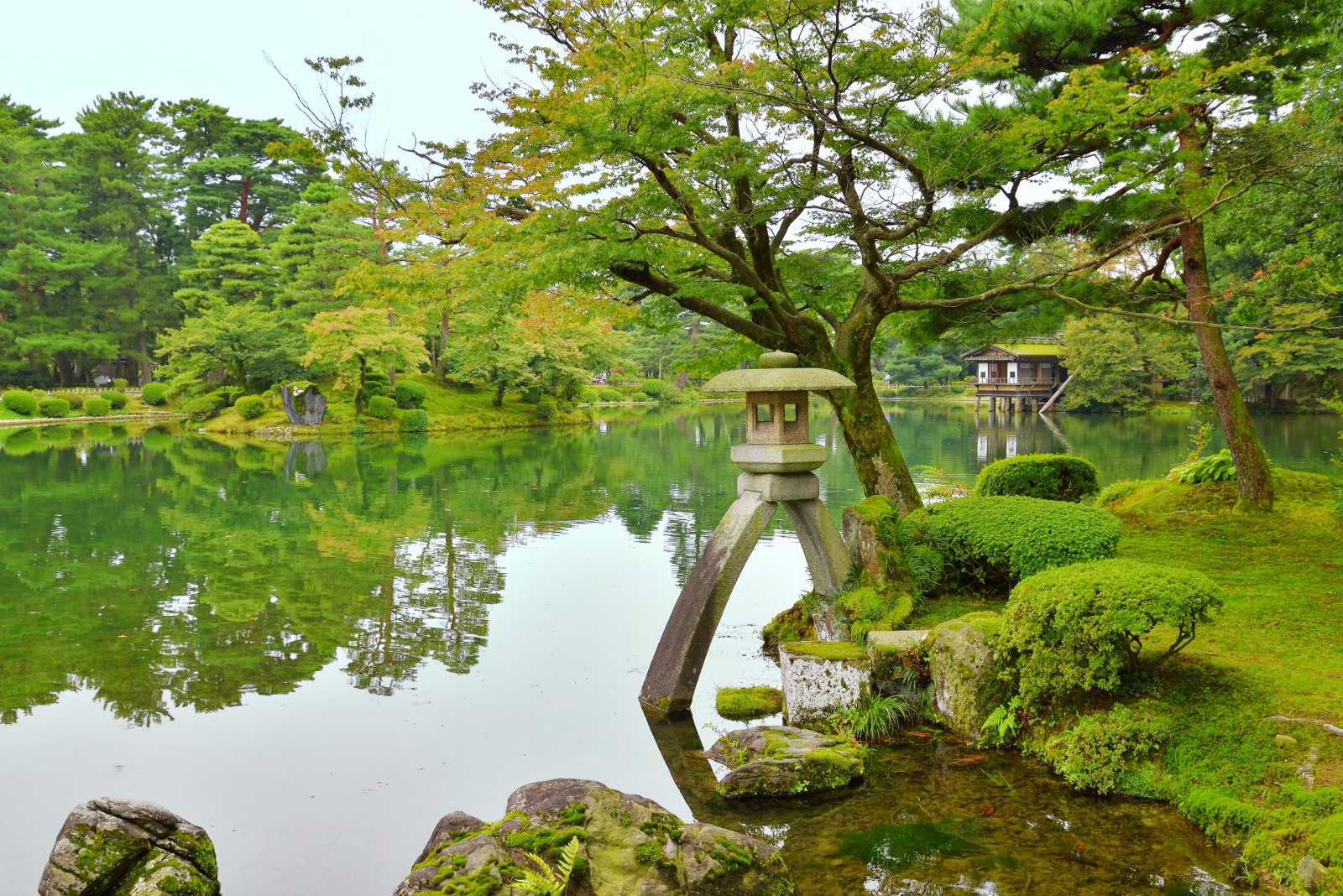 Kenrokuen Garden (兼六園) Is A Strolling Style Landscape Garden Counted As One  Of The Three Noted Gardens In Japan. It Was Founded And Designed Over ...