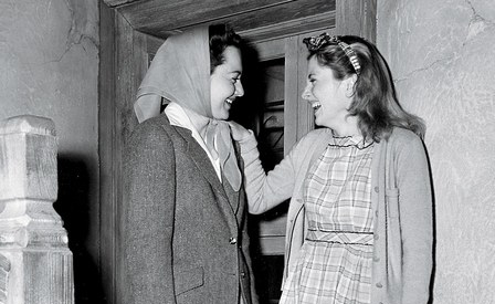 Feud the sibling rivalry of olivia de havilland joan for Joan fontaine and olivia de havilland feud