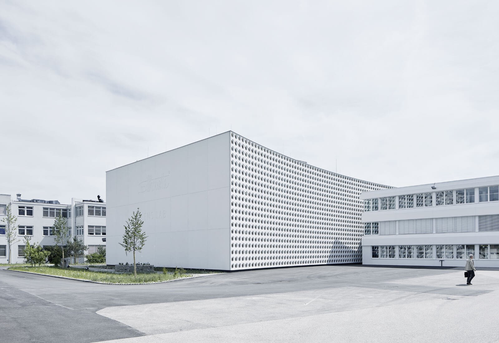 silhouette lens lab is a minimalist architecture project located in linz austria designed by x architects the facility is a production and warehouse