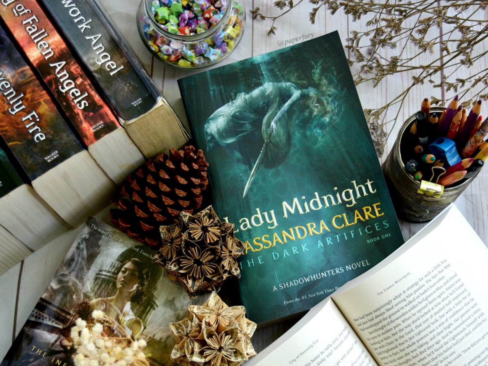 I have not read the second book in the TDA trilogy, so this review is  solely about Lady Midnight as a stand a lone book.