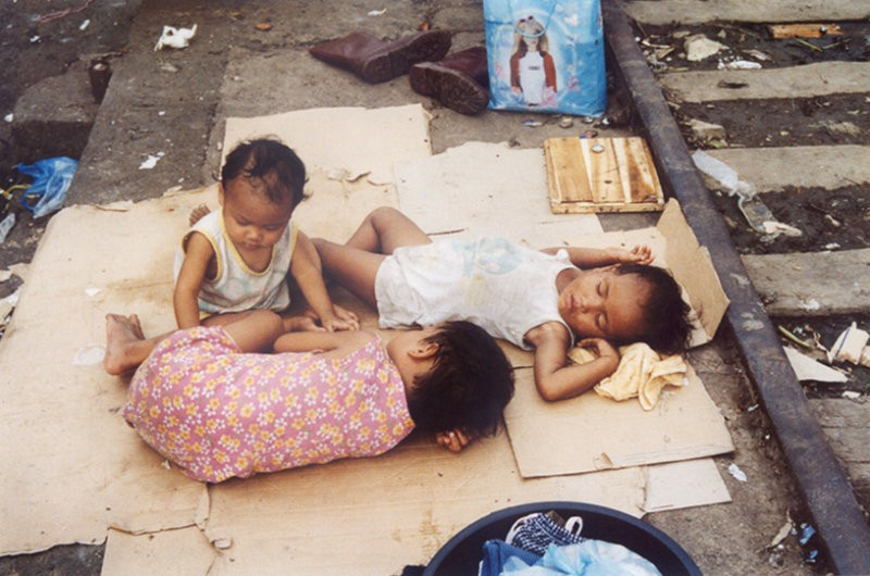 faving poverty Poverty - 767 million people, or 1 in 10 people in the world, live under $190 a day , and half of the extreme poor (389 million) live in sub-saharan africa - 328 million children are living in extreme poverty.