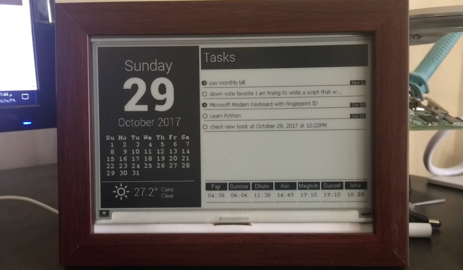 Use A Raspberry Pi And E Ink Display To Build A Desktop