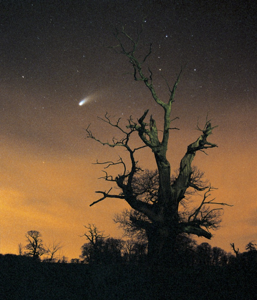 b3f829e2636681 Applewhite claimed an extraterrestrial vessel was trailing behind the Comet  Hale-Bopp