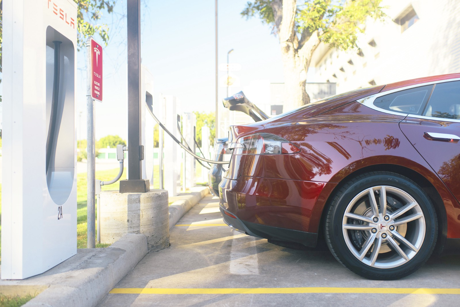 Solar Ed Sustained By Tesla Packs They Operate As The Gas Stations Of Electric Vehicles Teslas Pull Up Soon On Their Own Find A Parking