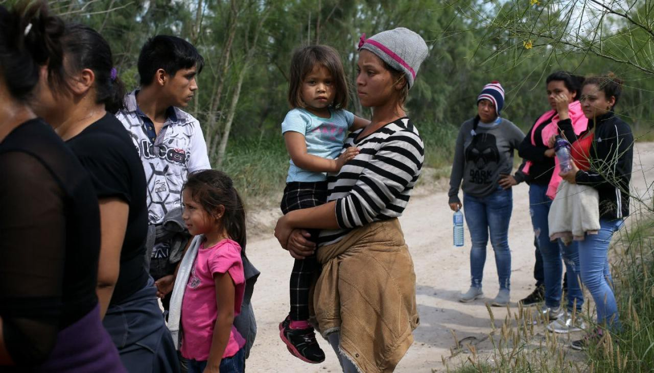 75caf369b Central American migrants fleeing violence and political instability with  their children.