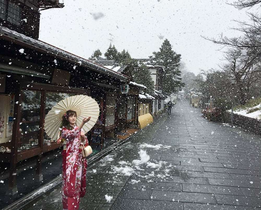 covered in snow rare event turns kyoto into magical. Black Bedroom Furniture Sets. Home Design Ideas