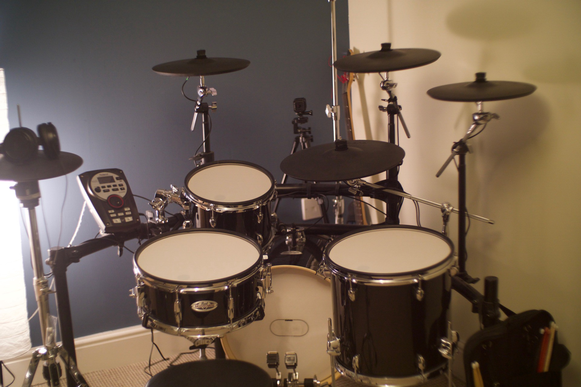 electronic drums vs acoustic drums what s right for you. Black Bedroom Furniture Sets. Home Design Ideas