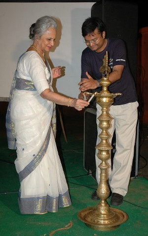 Waheedaji lights up a lamp to mark the beginning of our Swarathma Concert.