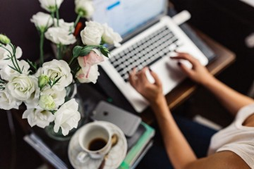 kaboompics.com_Female workspace with white flowers