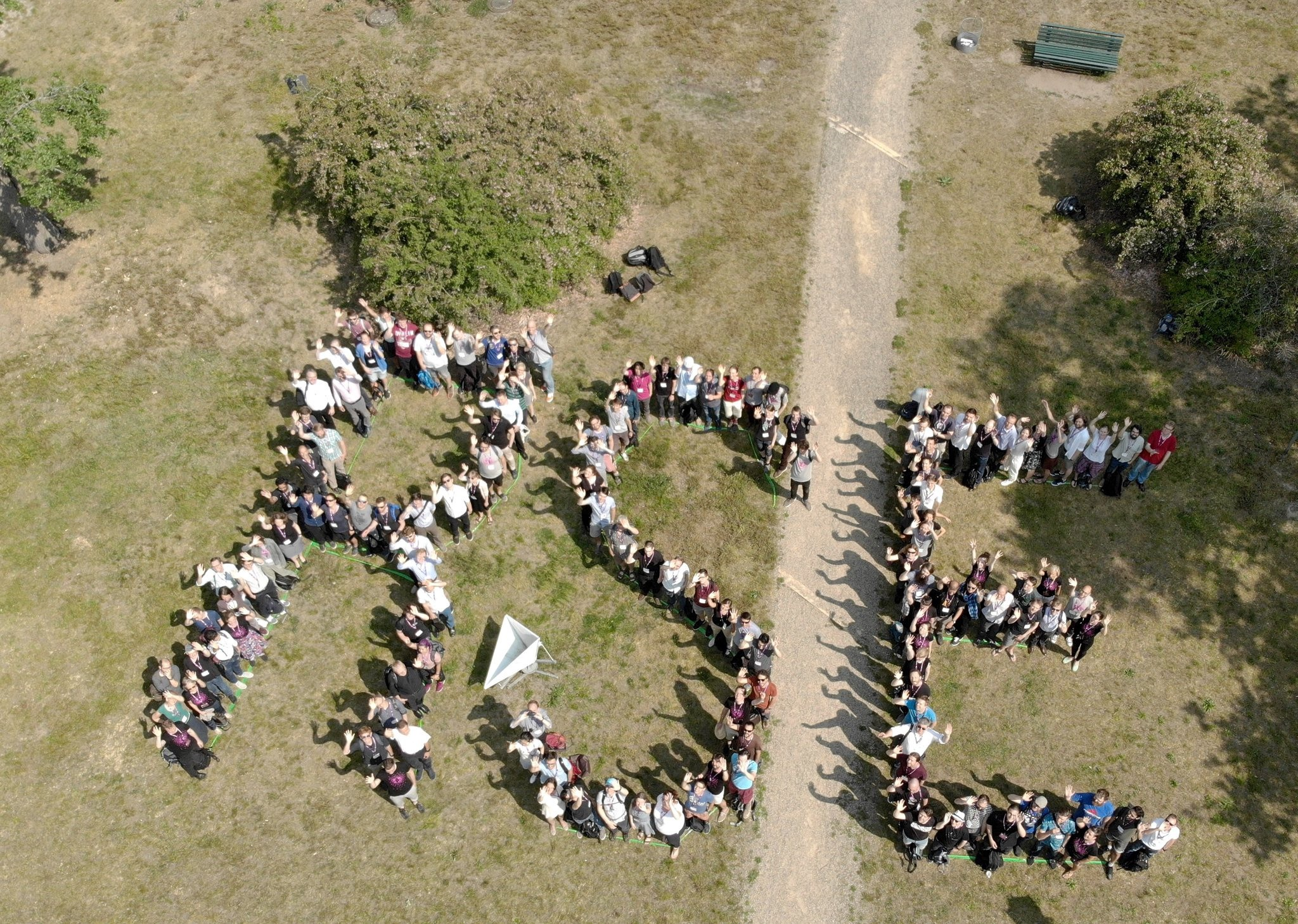 deRSE19 aerial group photo (CC-BY Antonia Cozacu, Jan Philipp Dietrich, de-RSE e.V.)