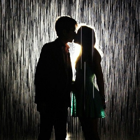 boy and girl kissing in the rain № 200435