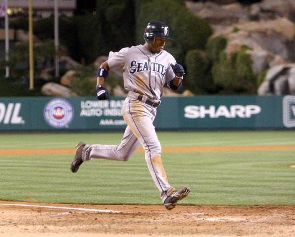Endy Chavez signed with the Mariners this morning as a minor league free agent.
