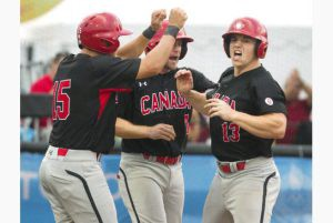 Tyler O'Neill (derecha) es felicitado luego de disparar jonrón ante Cuba. (Foto: Fred Thornhill/ The Canadian Press)