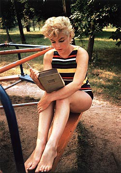 Marilyn Monroe Reading Ulysses, Long Island, New York, 1954. Foto di Eve Arnold