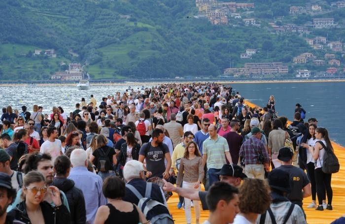 the-floating-piers-capienza-limitata-e-in-passerella-ci-sale-anche-il-no_f72fe672-36c0-11e6-86b1-36f9ec1e5da8_700_455_big_story_linked_ima